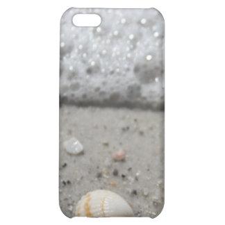Seashell hermoso en el caso del iphone de la playa