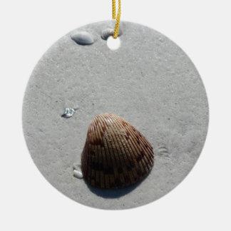 Seashell romántico en la playa en la Florida Adorno Navideño Redondo De Cerámica