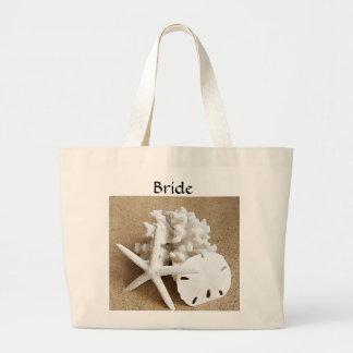 Seashells blancos en la bolsa de asas de la novia