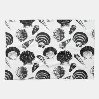 Seashells - blancos y negros en un fondo blanco toalla