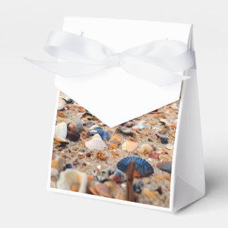 Seashells en el bolso del regalo de la playa cajas para detalles de boda