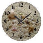 Seashells en la arena reloj redondo grande