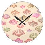 Seashells en la arena relojes de pared