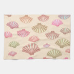 Seashells en la arena toallas de mano