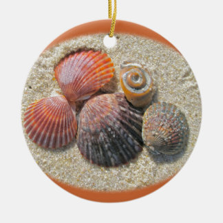 Seashells en los ornamentos del navidad de la play ornamento para reyes magos