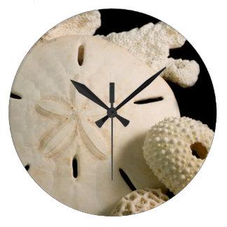 Seashells y dólar de arena blancos reloj redondo grande