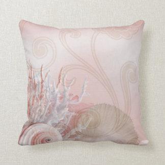 Seashells y rosa coralino de la decoración el | de cojín