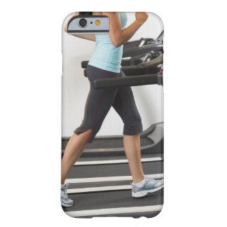 Sección baja de la mujer que camina en la rueda de funda de iPhone 6 barely there