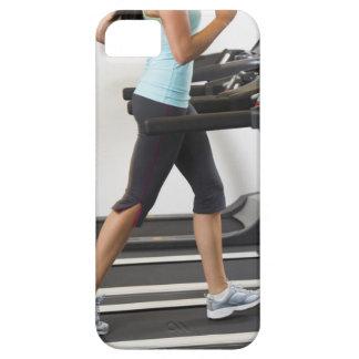 Sección baja de la mujer que camina en la rueda de iPhone 5 coberturas