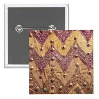 Sección de la tela bordada con las placas del oro pin cuadrado