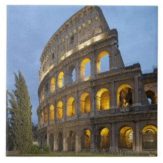 Sección iluminada del Colosseum en la oscuridad Azulejos