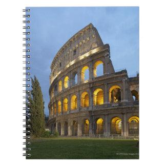 Sección iluminada del Colosseum en la oscuridad Cuaderno
