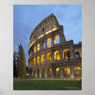 Sección iluminada del Colosseum en la oscuridad Póster