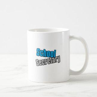 Secretaria de la escuela con la impresión azul y taza de café