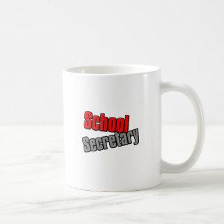 Secretaria de la escuela con la impresión roja y taza de café
