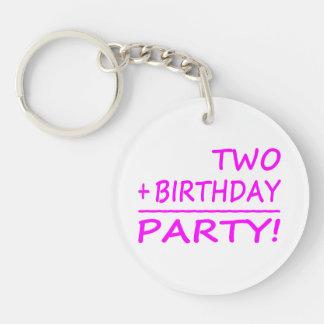 Segundos cumpleaños divertidos: Dos + Cumpleaños = Llavero Redondo Acrílico A Doble Cara