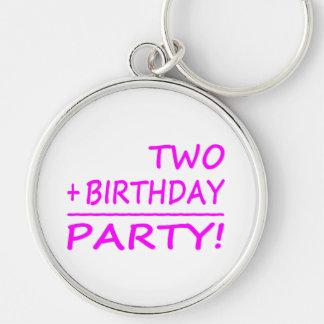 Segundos cumpleaños divertidos: Dos + Cumpleaños = Llavero Redondo Plateado