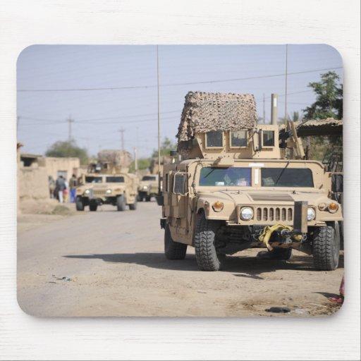 Seguridad de la conducta de Humvee durante una pat Tapetes De Raton