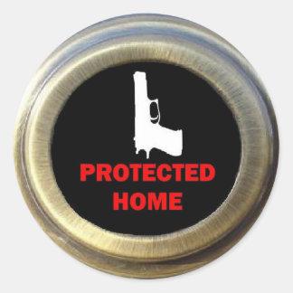 Seguridad en el hogar cerrada y cargada etiqueta redonda
