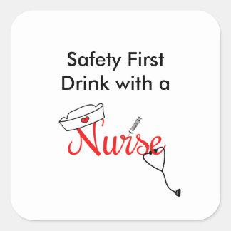 Seguridad primero, bebida con un favor de la pegatina cuadrada