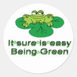 Seguro es el ser fácil ..... rana verde pegatina redonda