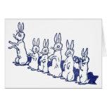 Seis conejos se incorporan y aplauden sus patas tarjeton