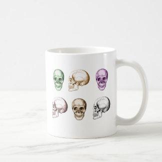 Seis cráneos humanos multicolores taza