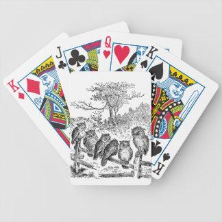 Seis pequeños búhos que se sientan en una cerca an baraja cartas de poker