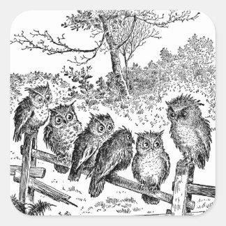 Seis pequeños búhos que se sientan en una cerca an calcomanías cuadradass personalizadas