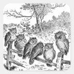 Seis pequeños búhos que se sientan en una cerca pegatina cuadrada