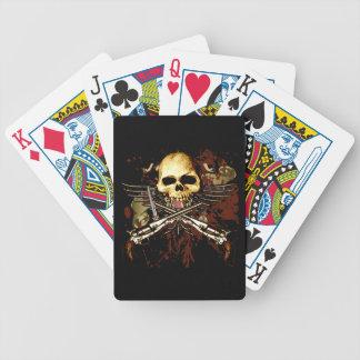 Seis pistolas con los naipes del cráneo barajas de cartas