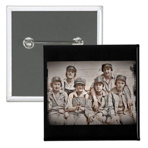 Seis trabajadores de mujeres en el muelle WWII Pins