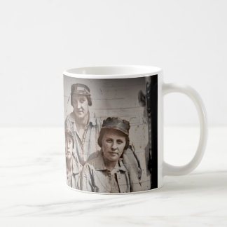 Seis trabajadores de mujeres en el muelle WWII Taza De Café