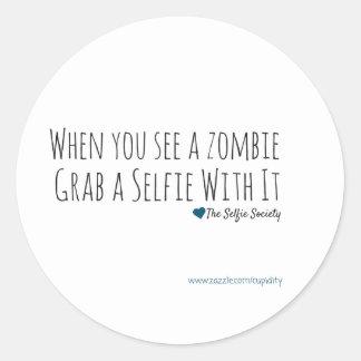 Selfies con los zombis pegatina redonda