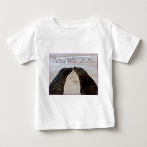 Sellado con una camiseta del niño del beso