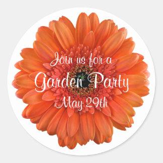 Sello anaranjado del sobre de la fiesta de jardín pegatina redonda