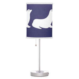 Sello blanco en fondo azul lámpara de escritorio