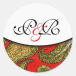 Sello con monograma rojo vivo del sobre de Paisley Pegatina Redonda