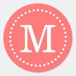 Sello de encargo coralino del sobre del monograma pegatinas redondas