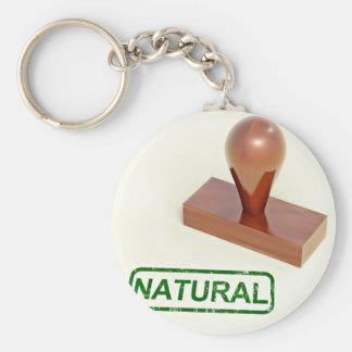 Sello de goma produciendo la palabra natural llavero redondo tipo pin
