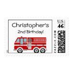 Sello del cumpleaños del coche de bomberos rojo y