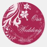Sello floral rojo y blanco del sobre del boda pegatina redonda
