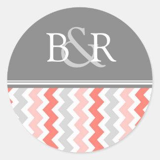Sello gris coralino del sobre del monograma de los pegatina redonda