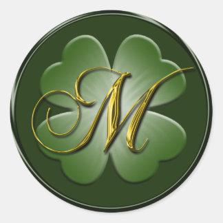 Sello irlandés del sobre del monograma M del boda Pegatina Redonda