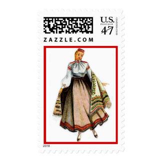 Sello letón con el traje del tradional