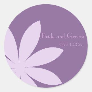 Sello púrpura del sobre del boda de la margarita pegatina redonda