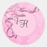Sello rosado del boda de la mariposa de la cinta etiquetas redondas