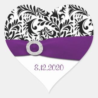 Sellos púrpuras y blancos negros del sobre del pegatina en forma de corazón