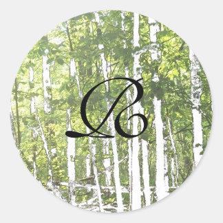 Sellos verdes y blancos del sobre de maderas pegatina redonda