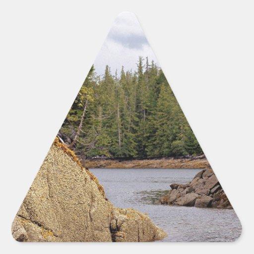 Selva tropical templada del canal de río Canadá Pegatina Triangular